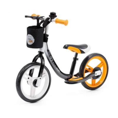 Bicicleta de carreras Kinderkraft naranja y negra con canasta en la parte delantera