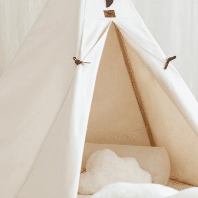 tipi en dormitorio beige, puerta abierta marca nobodinoz