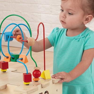 foto niña jugando el logotipo del centro de actividades de lujo vertbaudet