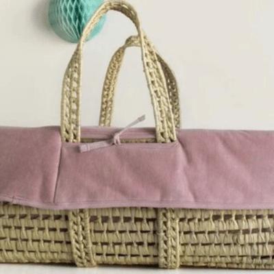 cesta de mimbre y rosa marca kadolis