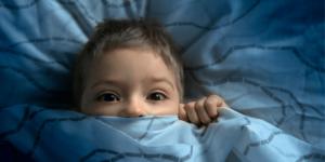 ¿Cómo puede ayudar a su hijo a combatir su miedo a la oscuridad?